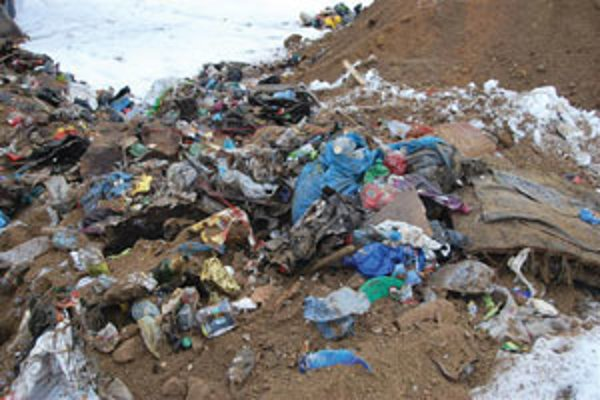 Nelegálna skládka odpadu v Látkach.