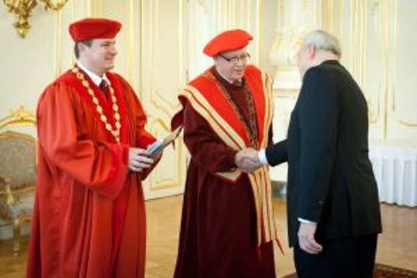 Prezident Ivan Gašparovič blahoželá novým rektorom (prvý zľava) Rudolfovi Kropilovi a Matúľovi Oľhovi.