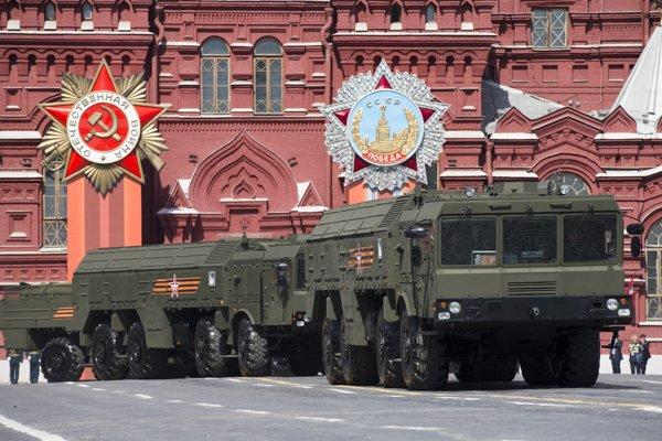 Raketové systémy Iskander v priebehu prehliadky na Červenom námestí v Moskve.