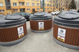 Stanovište polopodzemných kontajnerov majú aj na Budatínskej ulici v Petržalke.