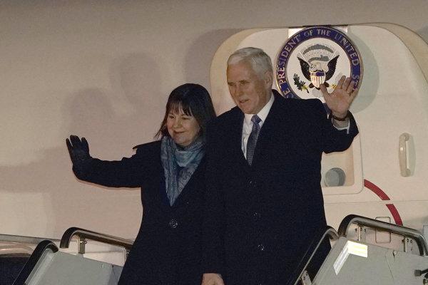 Mike Pence s manželkou Karen po prílete do Tokia.