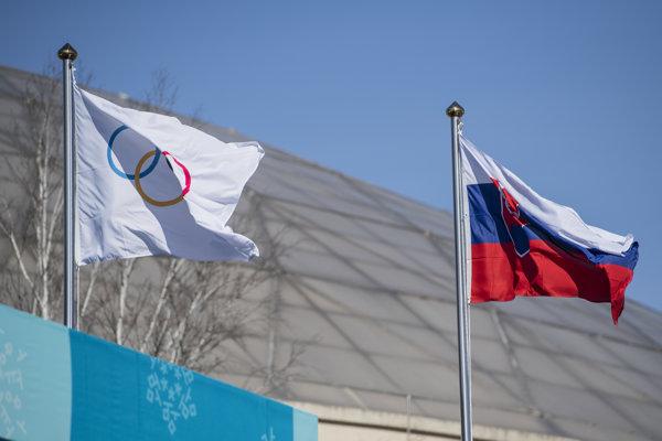 Snímka z ceremónie vztyčovania slovenskej vlajky v olympijskej dedine v Pjongčangu.