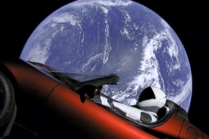 Na snímke je osobné auto Elona Muska, Tesla Roadster, ktorá bola prvým nákladom rakety Falcon Heavy. Náklad rakety SpaceX skončil nakoniec na obežnej dráhe okolo Slnka medzi Zemou a Marsom.