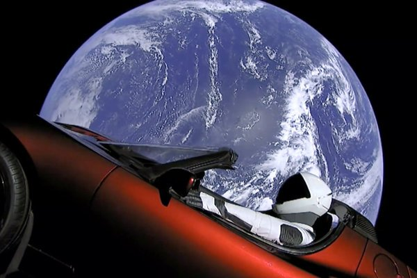 Pohľad z kamery na Tesle Roadster, ktorá bola prvým nákladom rakety Falcon Heavy.