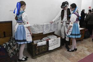 Na snímke svadobnú truhlicu si prezerajú členovia folklórneho súboru Vargovčan z Hanušoviec nad Topľou.