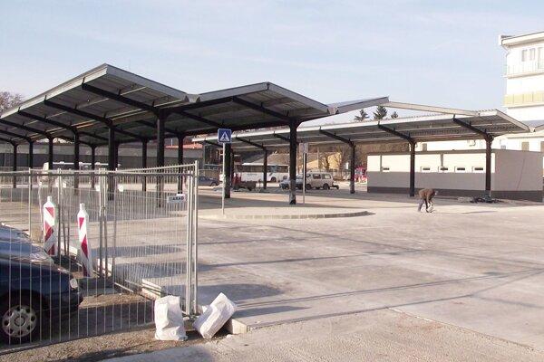 Na časti stanice je už nové prestrešenie.