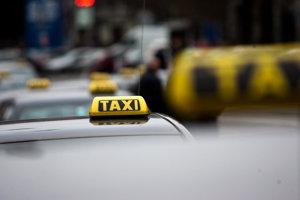 Obvinení muži nastúpili v sobotu 3. februára v Čadci do taxíka, ktorý šoféroval 32-ročný taxikár.