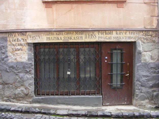 Jediný prvorepublikový zachovaný nápis ešte z bývalého obchodu.