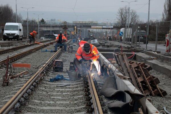 Trať na SNP. Rekonštrukcia električkových tratí podľa stavbárov nemešká.