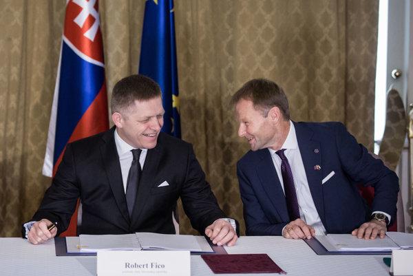 Premiér Robert Fico a minister hospodárstva Vazil Hudák (vpravo).