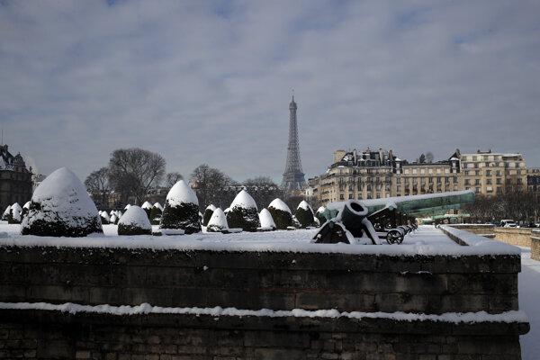 Robotníci budú pomocou lopatiek odstraňovať ľad zo schodov a podlaží veže.