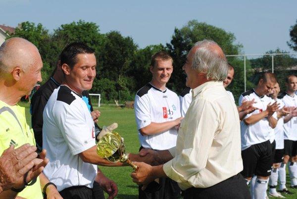 Marián Mikula odovzdáva pohár za víťazstvo v I. triede.