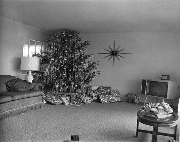 Diane Arbus - Xmas tree in a living room in Levittown, L.I. 1963