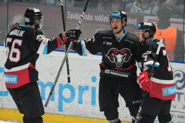 Hráči Banskej Bystrice sa radujú po jednom z gólov.