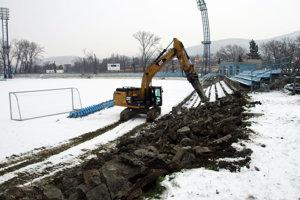 Na úvod bolo treba zbúrať staré ovály, na ktorý boli staré tribúny.