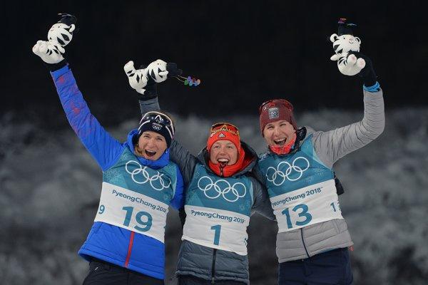 Na stupňoch víťazov pózujú tri najlepšie zo stíhacích pretekov. Sprava strieborná Anastasia Kuzminová, zlatá Laura Dahlmeierová a bronzová Anais Bescondová.