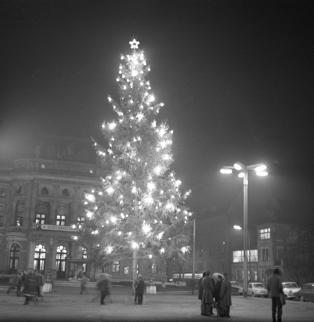 Vianočný stromček pred Slovenským národným divadlom 17. decembra 1968.