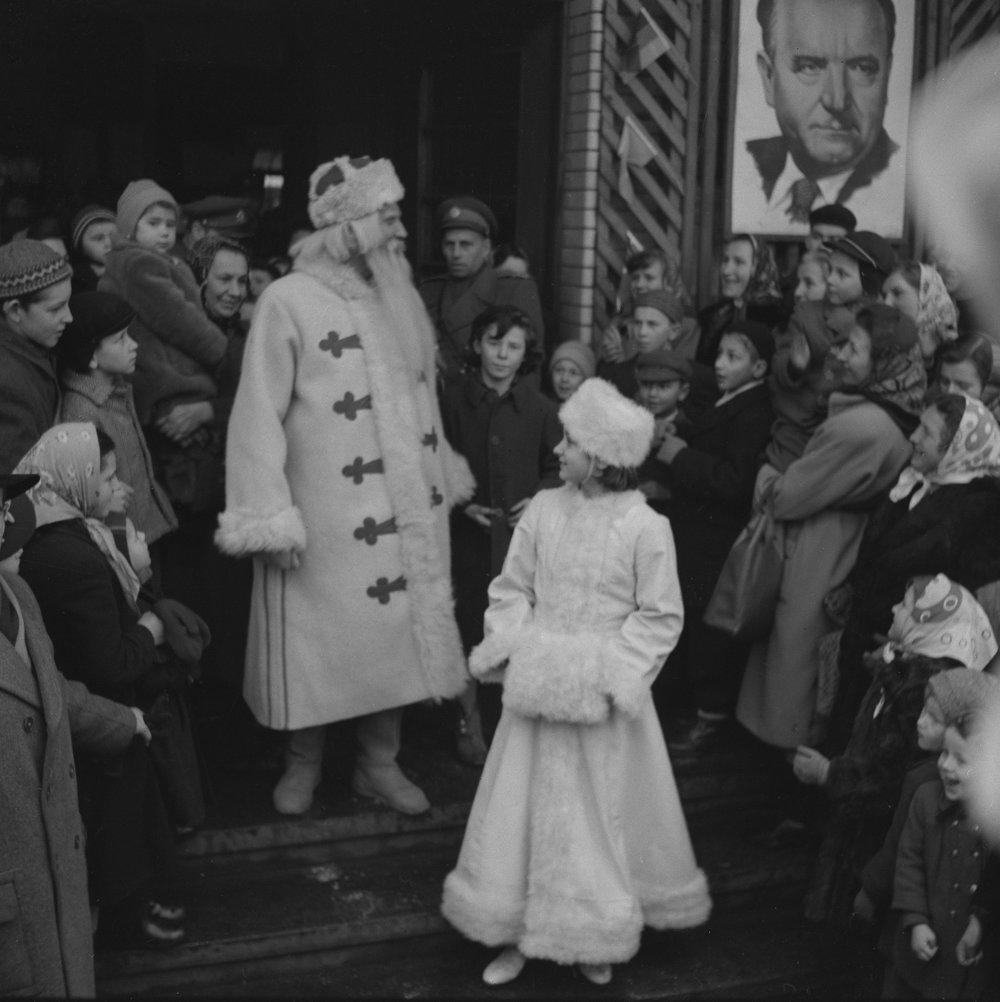 Vítanie Deda Mráza na hlavnej železničnej stanici v Bratislave 31. decembra 1952.