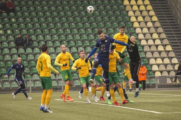 Rozhodol ozaujímavej výhre. Lukáš Horváth (v strede) sa presadil dvakrát.