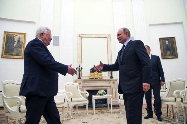 Vladimir Putin (vpravo) víta prezidenta Palestíny Mahmuda Abbasa.