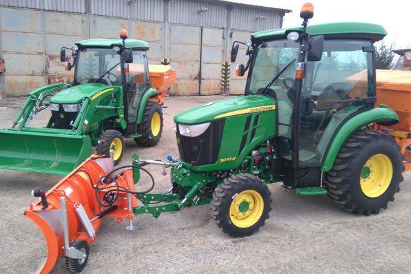 Nové traktory na dvore Mestských služieb.