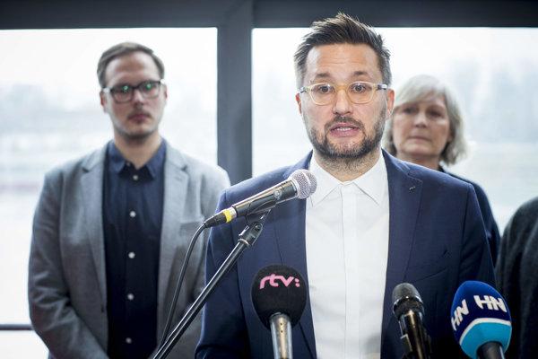 Matúš Vallo počas tlačovej konferencie, na ktorej ohlásil svoju kandidatúru na post primátora Bratislavy.