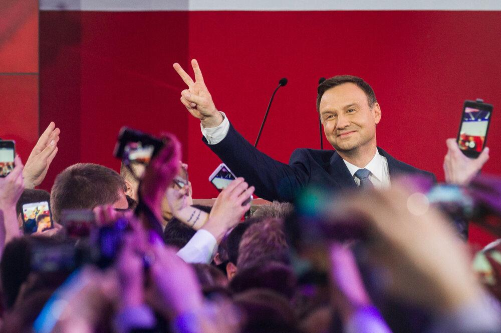Kandidát na prezidenta Poľska Andrzej Duda oslavuje víťazstvo vo svojej centrále. (24. 5. 2015, Varšava, Poľsko)