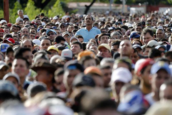 Tisícky Venezuelčanov čakajú na vstup do Kolumbie.