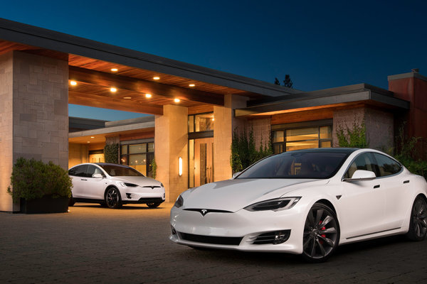 Tesla Model S (vpredu) a Model X (vzadu)