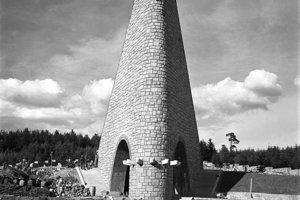 Na archívnej snímke z 19. septembra 1949 stavba pamätníka padlých hrdinov v boji o Dukliansky priesmyk.