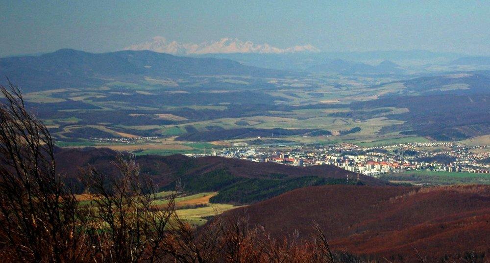 Nie je to Poprad ani Prešov, ale Humenné, aj toto mesto môže mať originál fotku s Tatrami aj bez lietadla.
