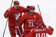 Ruskí hokejisti sa radujú po jednom z gólov.
