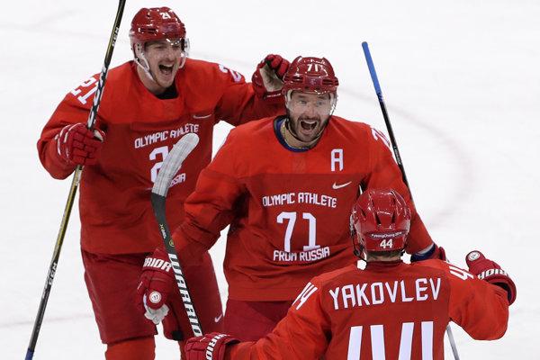 Iľja Kovaľčuk (v strede).