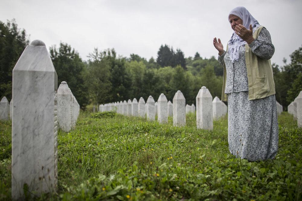 Tento rok si svet pripomenul 20. výročie masakry. Rozprávali sme so ženami, ktorých manželia asynovia tragédiu neprežili. Vyzeralo to tam ako na obyčajnom cintoríne, ale chýbali sviečky a bolo to vSrebrenici. Pomedzi máličko turistami sa potichu modlilo zopár príbuzných.