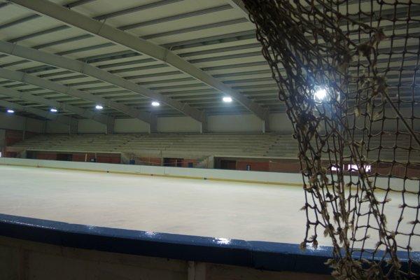 Zimný štadión zostal bez ľadu.