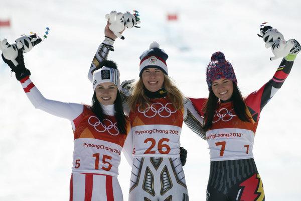 Ester Ledecká (uprostred), vľavo druhý Anna Veithová a vpravo tretia Tina Weiratherová.