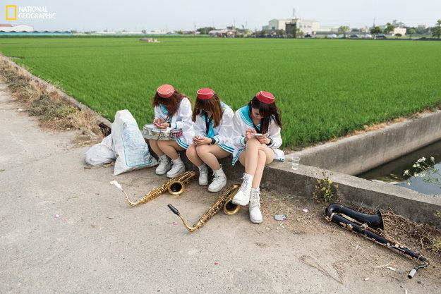 Na vidieku v Tou-Liou v Taiwane sú pohreby obvykle sprevádzané miestnou bohoslužbou. Keď zomrie člen rodiny, jeho telo uložia v dome, alebo v stane určenom na tento účel. Po istej dobe je zomrelý pochovaný za sprievodu pozostalých a kapely.