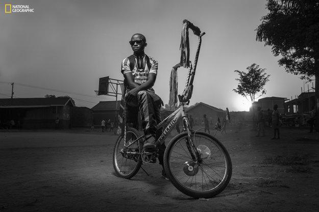 Ľudia - 1.miesto: Bwengye žije v chudobnej štvrti zvanej Kamwokya v ugandskej Kampale. Svoj bicykel si váži viac než čokoľvek iné a na toto ihrisko v slume, kde sleduje deti hrať futbal, ho prináša každý večer.