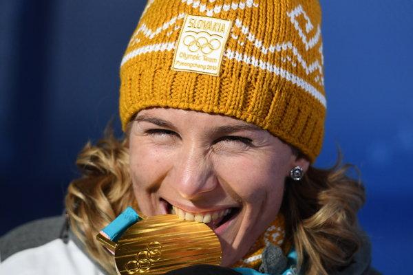 Anastasia Kuzminová pózuje so zlatou medailou.