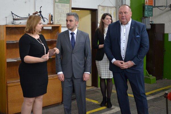 Rastislav Trnka (v strede) sriaditeľkou SOŠ technickej Dianou Košťálovou. Sprievodcu županovi po regióne robil primátor Rožňavy Pavol Burdiga.