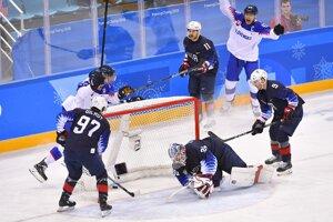 Hokejisti Slovenska sa tešia z gólu do siete USA v zápase základnej skupiny. Napokon bol jediný a Slováci prehrali 1:2.