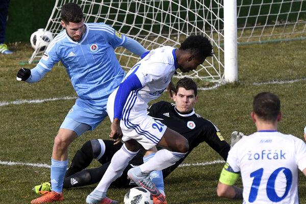 Uprostred v bielom hráč MFK Zemplín Michalovce Sadam Sulley pred brankárom Slovana Bratislava Michalom Šullom.