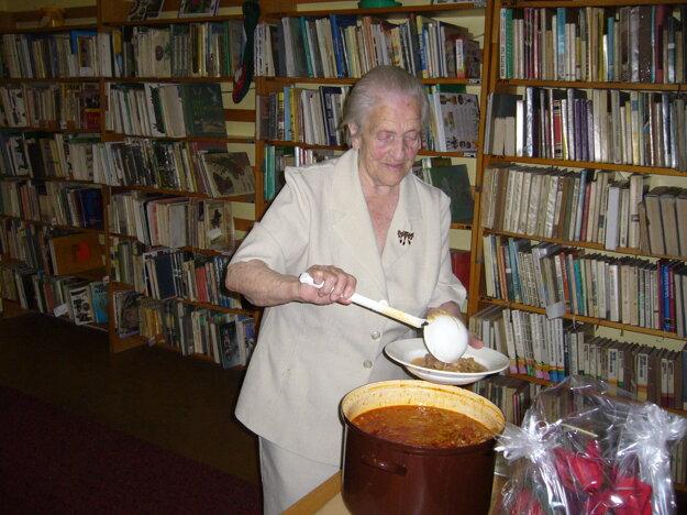 Každoročne varia v knižnici kapustnicu. Teta Žofka pri tom nesmie chýbať.