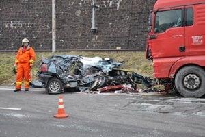 KRAĽOVANY, január 2014. V tejto zničenej Felícii zomrela 39-ročná rušňovodička, ktorá sa musela vyhnúť oprotiidúcemu Peugeotu. Ostali po nej dve deti.