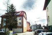 V dedine je niekoľko bytoviek.