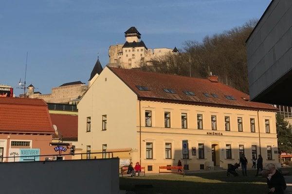 Verejná knižnica Michala Rešetku na Jaselskej ulici v Trenčíne.