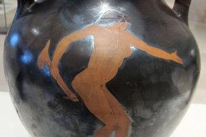Žena s napodobeninou penisu na antickej váze.