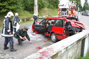 ÚSTIE NAD PRIEHRADOU, september 2007. V betóne vyhliadkovej terasy pri priehradnom múre skončil popoludní poľský Volkswagen Passat. Vodička v rýchlosti nezvládla pravotočivú zákrutu, idúc smerom na Tvrdošín. Až troch z piatich ľudí v aute odviezli záchranári do nemocnice. Tam zomrel 29- ročný muž.