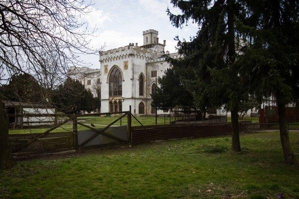 Ajpo dvoch rokoch odoznámenia otendri na obnovu kaštieľa vRusovciach areálďalej chátra.