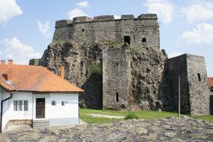 V prvej etape majú obnoviť šachtu hradnej studne (objekt v strede hradu).